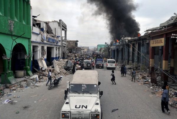 Porto Príncipe (Haiti) - Nas ruas do bairro de Bel Air, pessoas caminham pelos escombros. Algumas construções pegam fogo, pessoas resgatam objetos em edificios totalmente destruídos depois do terremoto