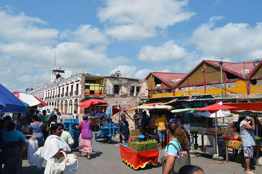 Mercado-temporalmente-ubicado-afuera-del--verdadero-mercado-por-que-cayo-en-el-terremoto